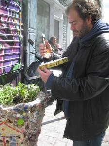 Tarek en train de coller ses petits bonhommes